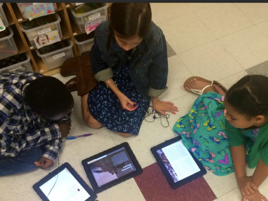 Student in the middle teaches her peers how to use iTunesU